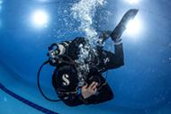 Всего пару занятий потребовалось Алексею, чтобы научиться уверенно управлять плавучестью и правильно держать трим в сухом гидрокостюме…