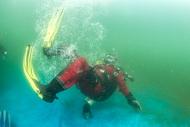 Курс сухого костюма, самый важный курс в обучении дайвера, ныряющего в северных холодных водах. К этому курсу нельзя относится легкомысленно. Сухой костюм в умелых руках удовольствие и восхищение красотой северных морей, в неумелых руках – это бомба замедленного действия….